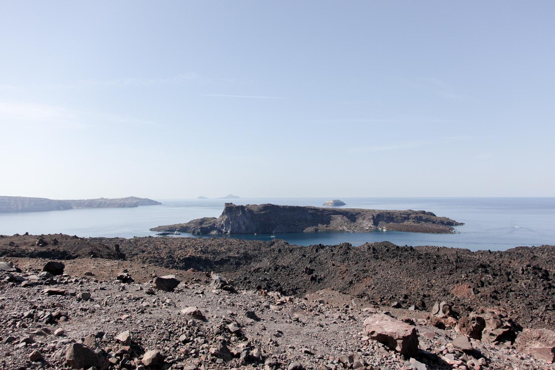 Blick vom Vulkan zur Palea Kameni und Aspronisi